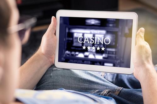 homme jouant au casino en ligne sur une tablette