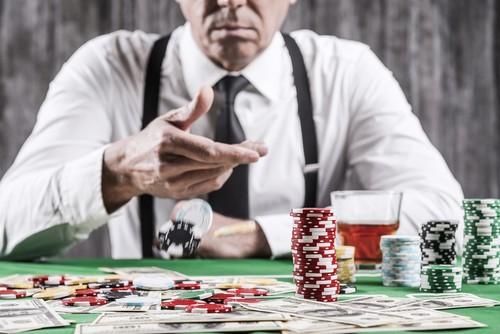 joueur senior confiant en ses cartes