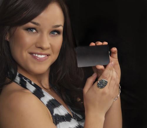 ravissante jeune femme tenant une carte vip