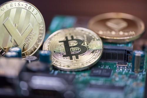 illustration de plusieurs monnaies virtuelles dont le Bitcoin