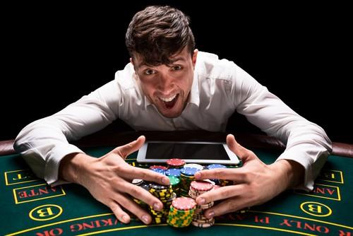 heureux jeune homme jouant au casino en ligne